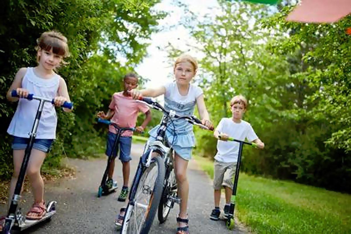 дети на самокатах и велосипеде