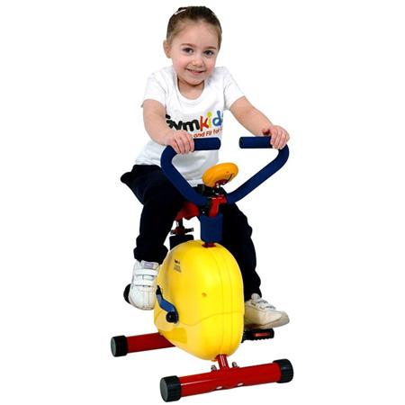 ребёнок на велотренажёре