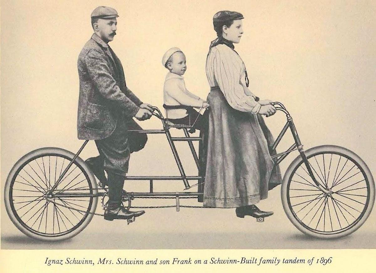 Швин и его семья на первом своём велосипеде (тандем)